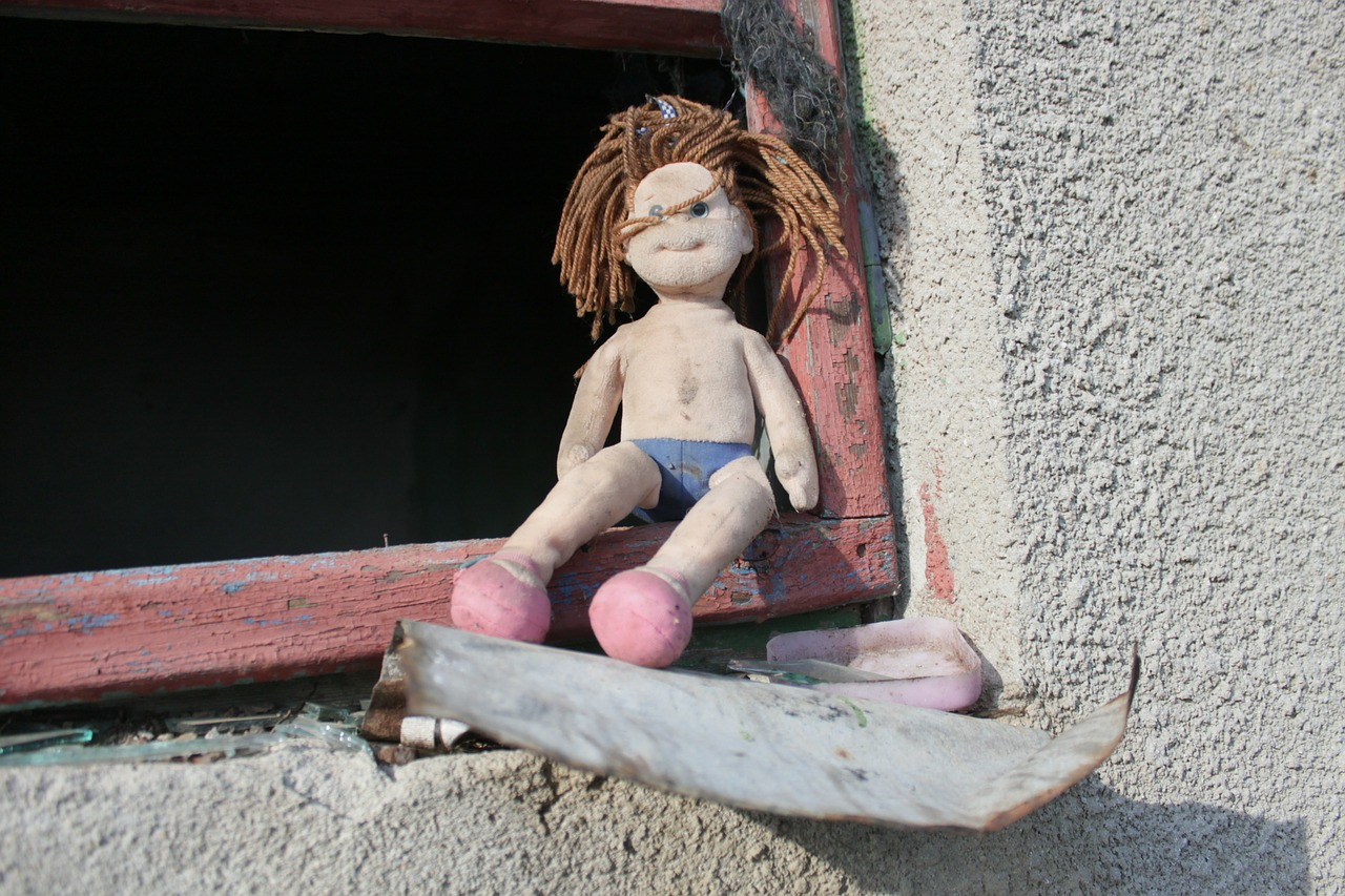 forrás: https://pixabay.com/en/doll-toys-ugly-old-abandoned-87407/